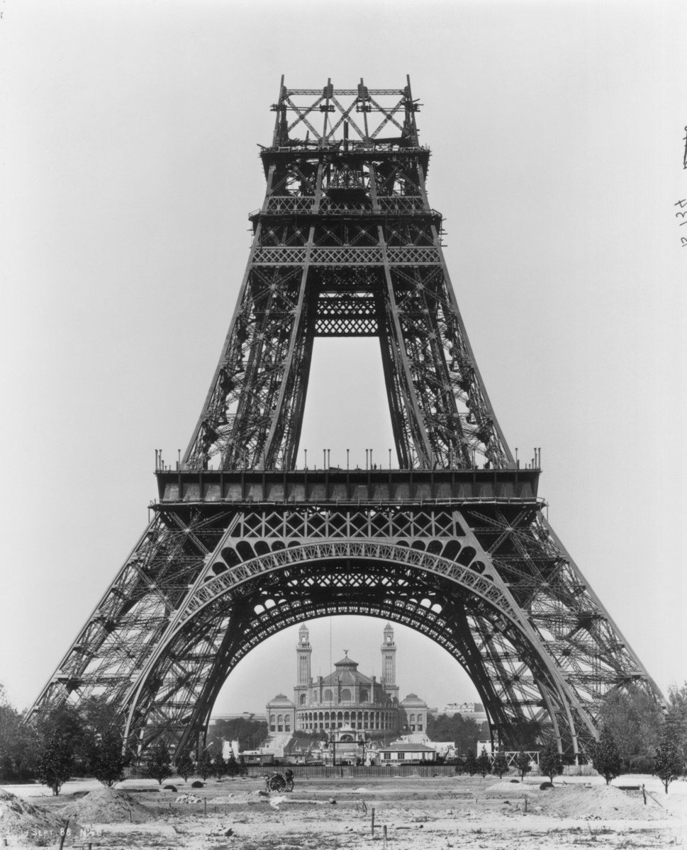 🇬🇧It happened 130 years ago! In August 1888, my 2nd floor was completed,a year and a half after the start of the construction. 🏗️ It will take another 8 months to see it finished on 31st March 1889 in a record time! ➡️toureiffel.paris/en/the-monumen… #EiffelTower #ThrowbackThursday