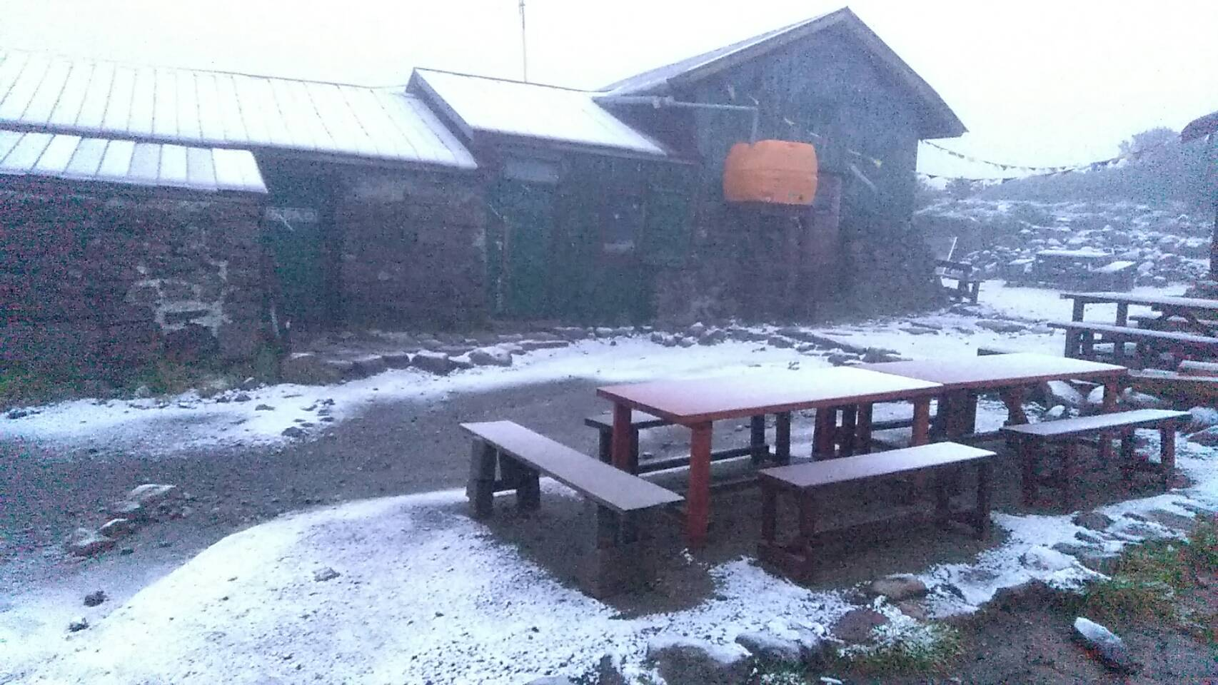 本日、8月17日0時52分黒岳石室にて初冠雪です☃️ 現在の石室気温0℃と冷え込んでおります~!!