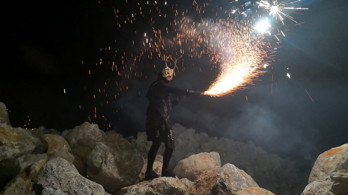 """Dimoni a Sa Pedrera""#dimonis #pedra #pedrera #dimonisdemallorca #festa #festespopulars #mallorca #majorca #focifum #foc #fum  - Ukustom"
