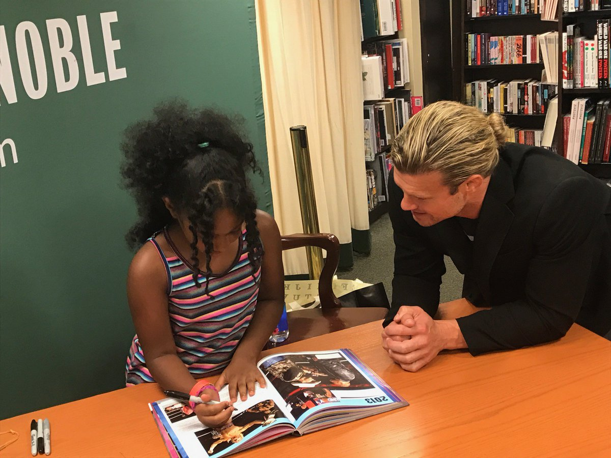 @HEELZiggler waited all day to get this young fans autograph @BNFifthAvenue! #RAW25Book #SummerSlam2018 @dkpublishing