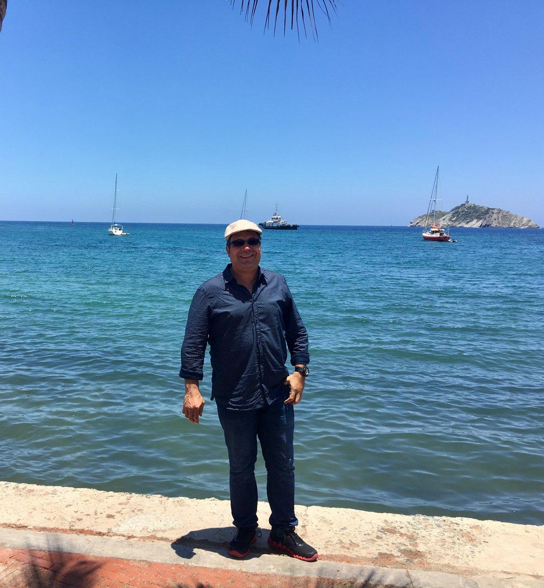 """Dos lenguas viperinas de Santa Marta acaban de dictar sentencia: """"no joda, viejo Alber, ya cuando uno se le mete al sol con camisita manga larga y boina tiene maestría en acachacamiento""""."""