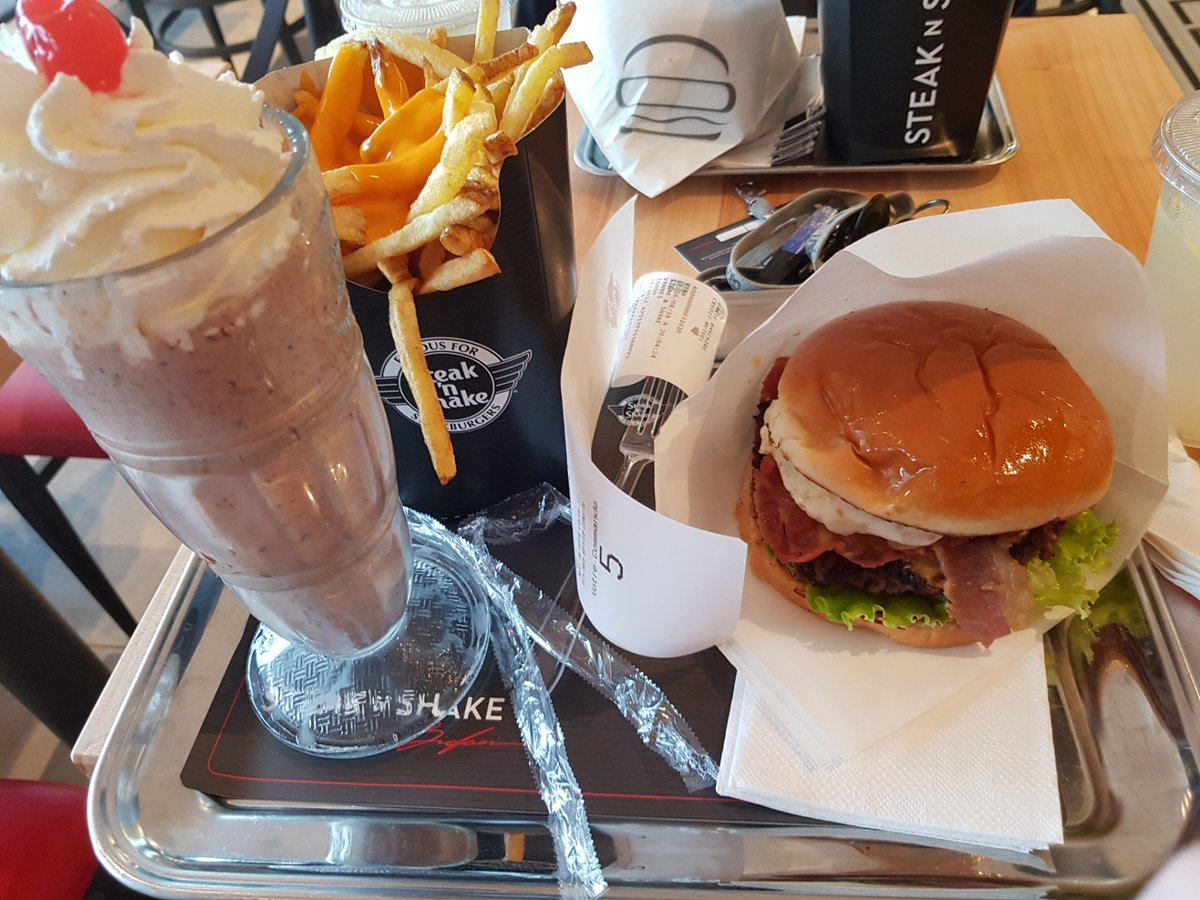 I&#39;m at Steak And Shake in Vannes, Bretagne  https://www. swarmapp.com/c/gayFMYepE7C  &nbsp;  <br>http://pic.twitter.com/BTItLstbXI