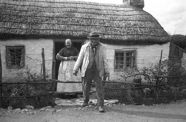 East Harptree #Somerset  1910...and Lydia and George Wyatt say hello to photographer Cecil Sharp outside there little cottage <br>http://pic.twitter.com/cpQt6golPy