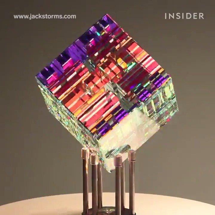 フィボナッチ数列を応用したた美しすぎるガラスアート!ガラスの塊から研磨、積層を何百回と繰り返し、彫刻していく。色のついたガラスではなく光の屈折と反射のみで色彩が生まれている。アメリカのガラスアーティスト、ジャックストームズ作。@jackhstorms