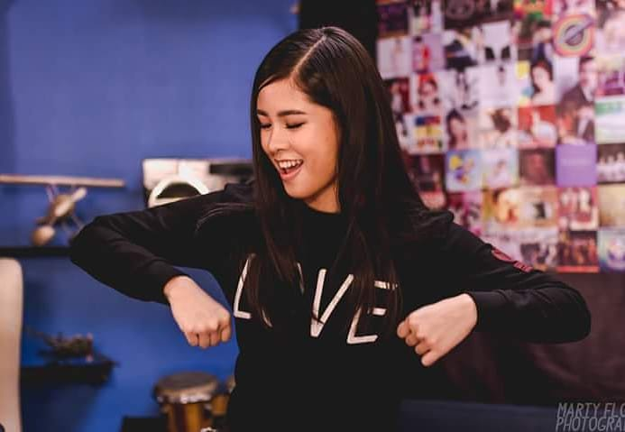 Let us be active and hyper for the other half of our ship, sibs! It is for our mommeeey! Yey, game!  #KissesLiveatUKG  @delavinkisses  @donnypangilinan<br>http://pic.twitter.com/S6dFNu4dfK