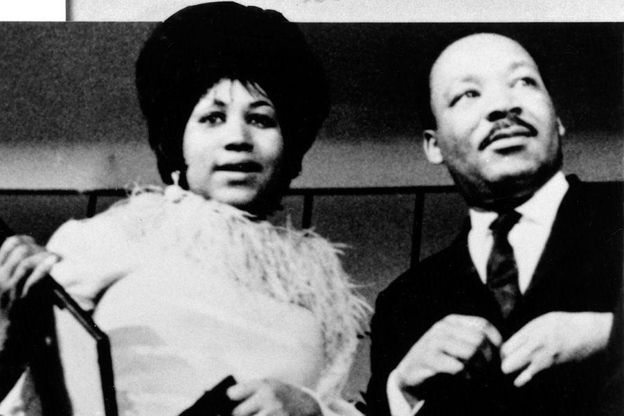 #ArethaFranklin, reine de la soul, nous a quittés. Femme, noire, engagée, artiste universelle. De ces voix qui ont su nous faire aimer l'Amérique, et pour lesquelles nous continuons de l'aimer. Nous ne l'oublierons pas.