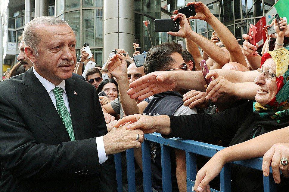 Эрдоган призвал избавляться от долларов и айфонов, чтобы спасти турецкую лиру. Что происходит в стране, где местная валюта обесценилась по отношению к американской в 1,5 раза https://t.co/Pct5Q550VI