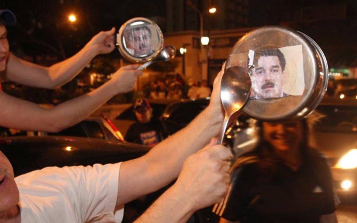 [VIDEO] Se registra cacerolazo en inmediaciones de Miraflores tras protesta https://t.co/qd3hp3De9x  https://t.co/KTl0yiayQf