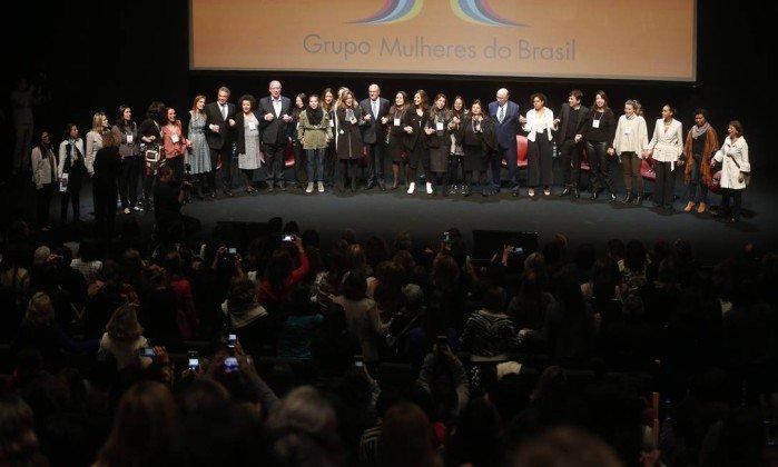 Presidenciáveis terminam dia de campanha de mãos dadas cantando Raul Seixas  https://t.co/h4TTWOwvfp