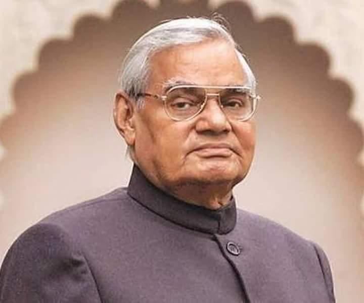 भारतीय राजनीति के 'युग पुरुष' पूर्व प्रधानमंत्री भारत रत्न श्री अटल बिहारी वाजपेयी जी का जाना अपूरणीय ईश्वर उनकी आत्मा को शांति प्रदान करें! https://t.co/zASkyQpATR