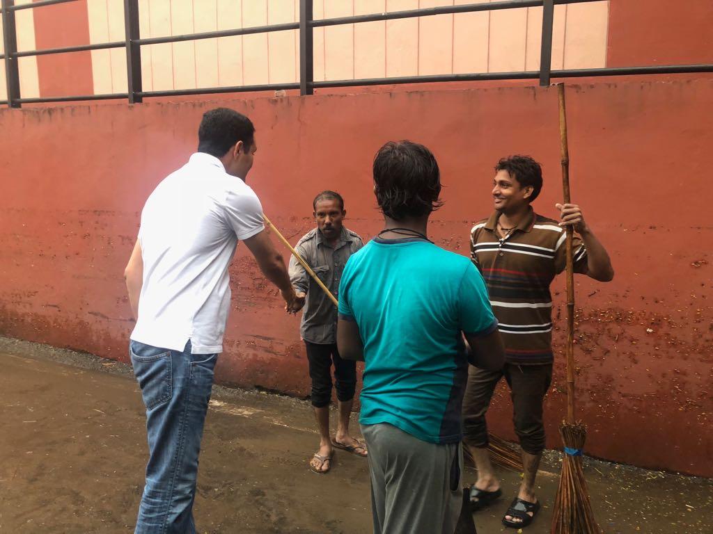 #AMCrain  Municipal Commissioner @vnehra  at Parimal UnderPass.  Monitoring Safai work. Appreciating Safai Kamdars. #AMCinAction @bijalpatelmayor<br>http://pic.twitter.com/Z8dGivymji