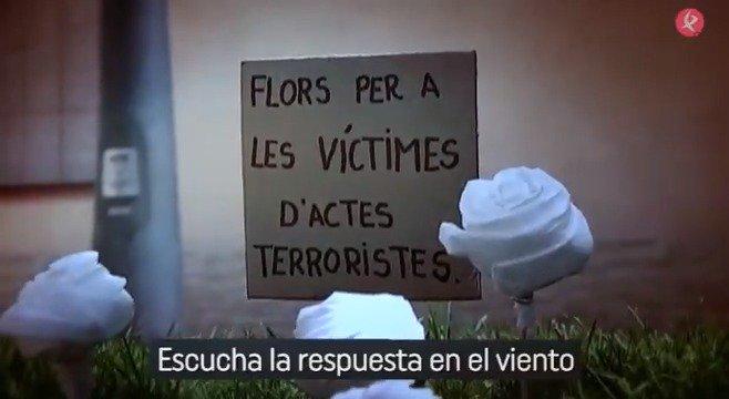 Hace exactamente un año, a las 17:00, comenzaba el terror en #Barcelona y después, en #Cambrils. Entonces, homenajeamos a los fallecidos y heridos con este vídeo, y con esta letra: