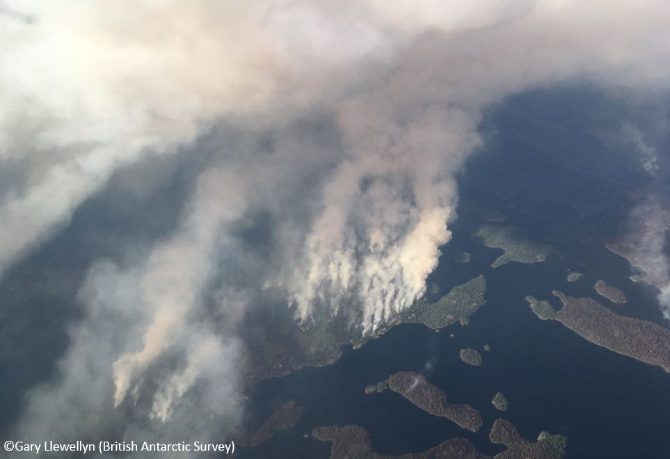 From ice to fire - BAS #TwinOtter VP-FAZ is in Ontario. Using advanced onboard sensors, we are working with scientists & the Canadian authorities to help monitor forest fires. Here AZ passes over a wildfire burning in the Woodland Caribou Provincial Park. bit.ly/2ghdTMl