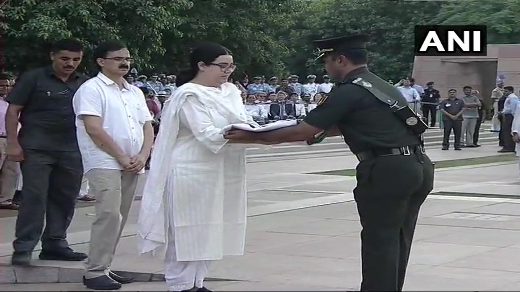 Delhi: Tricolour wrapped around mortal remains of #AtalBihariVajpayee handed over to his granddaughter Niharika.