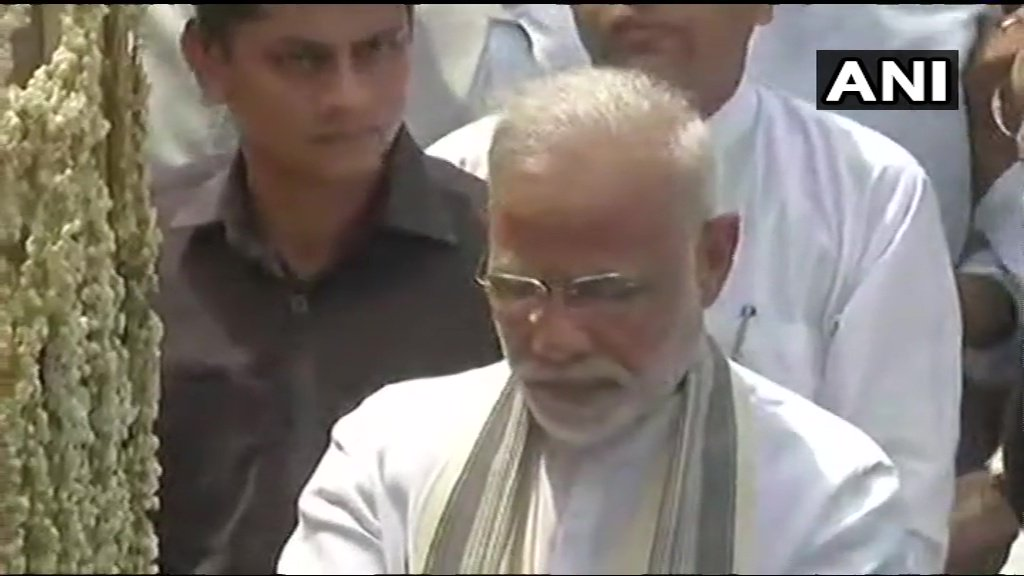 The mortal remains of former PM #AtalBihariVajpayee being taken to Smriti Sthal for funeral. PM Modi also takes part in the procession