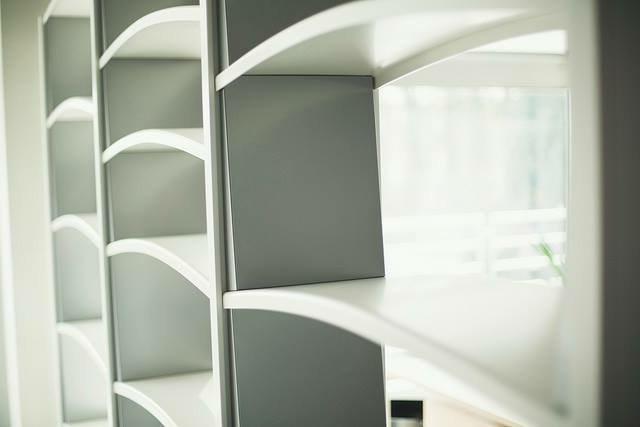 La nostra elegante #libreria Chiave di Volta arreda con #stile ogni vostro ambiente di lavoro.#ufficio #mobili_ufficio  - Ukustom