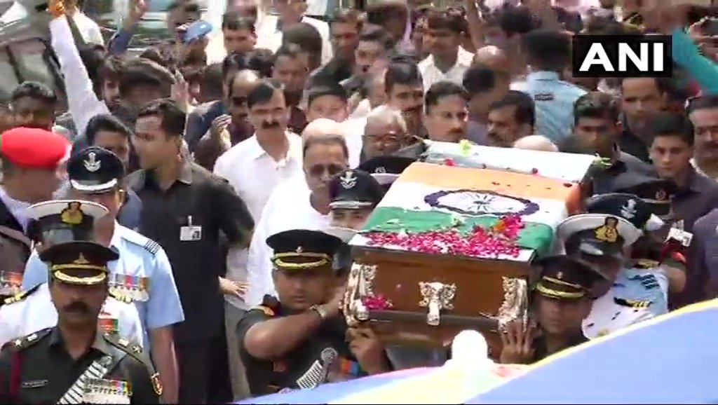 The final journey of former PM Atal Bihari Vajpayee begins from BJP headquarters to Smriti Sthal. P @narendramodiM  also takes part in the processi #AtalBihariVajpayeeon    LIhttps://t.co/8fcUdqtVLaVE:    Picture Credit: ANI
