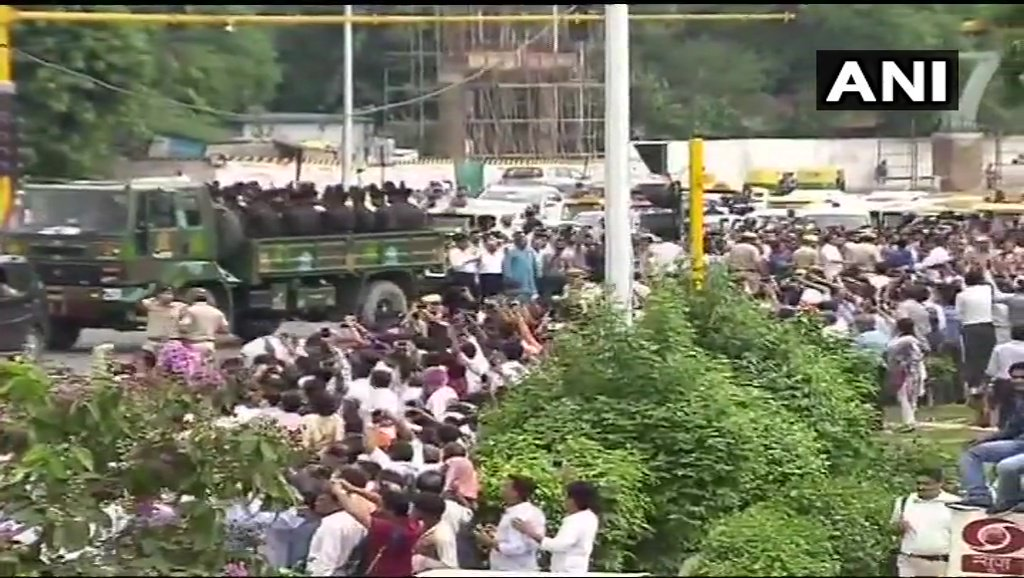 #Delhi: Mortal remains of former PM #AtalBihariVajpayee being taken to Smriti Sthal for the funeral