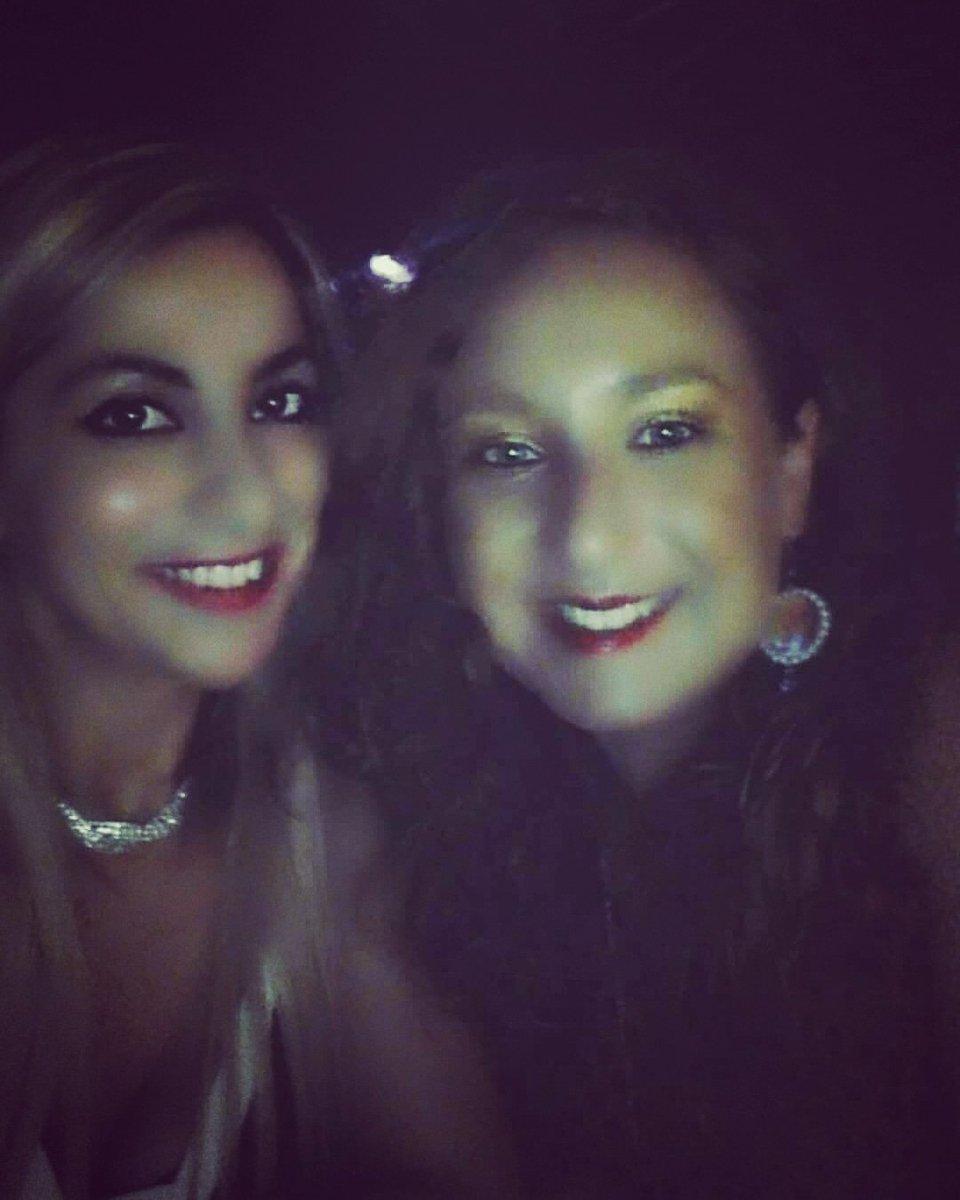 Quando la #luce non è al #meglio ma noi pensiamo lo stesso a farci un #selfie perché #amiamo le #fotoricordo ! #click #socials #girls #ragazze #fashion #moda #stile #adoro #style #music #rythm #musica #friends #amici #fun #divertimento #noche #caliente #amigos  - Ukustom
