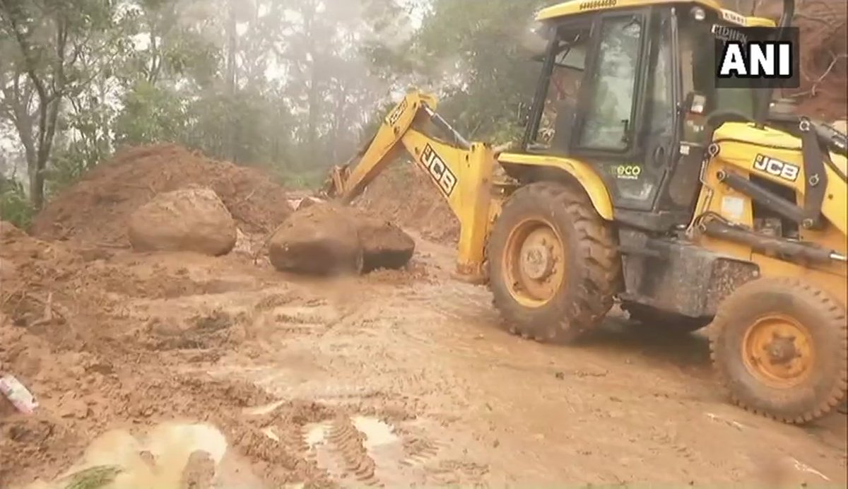 Roads being cleared in Kerala's Kumily after traffic movement was affected due to landslides caused by heavy rainfall. #KeralaFloods