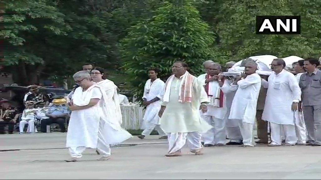 Last rites ceremony of former PM #AtalBihariVajpayee underway at Smriti Sthal