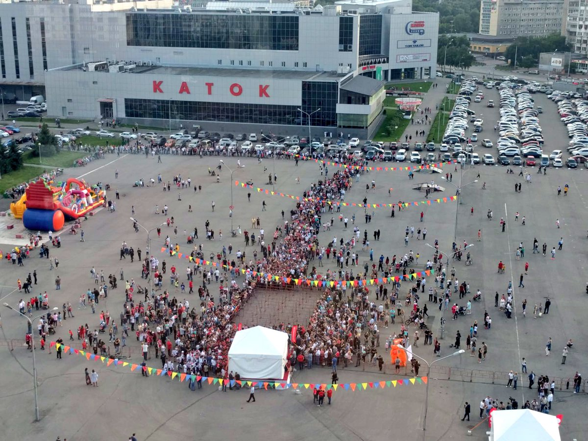 Just a few people showed up in Novokuznetsk for @orlov_09's day with the Cup! (📸 from the top of a 🎡) #ALLCAPS #StanleyCup