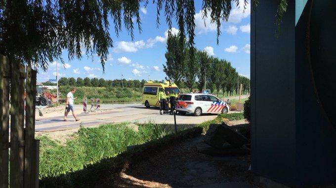 Eenzijdig ongeluk Lange Broekweg Naaldwijk betrof fietser die verkeerd gevallen was. Onder A1 naar het ziekenhuis https://t.co/PmCykmKNI3