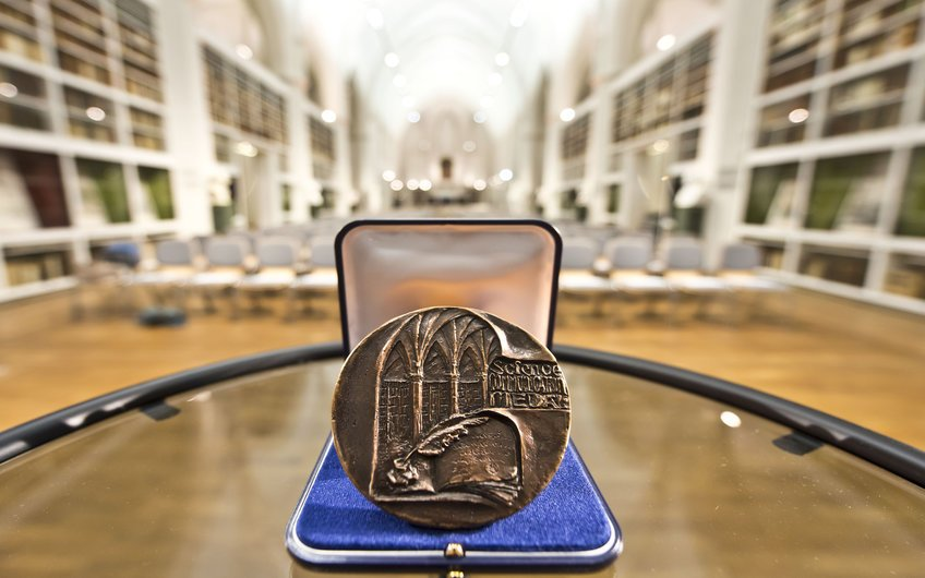 … and the winner of this year's Science Communication Medal is: @markmiodownik of @ucl! Don't miss his talk (in English) about miraculous materials shaping our civilization on Oct 17 @Literaturherbst in Göttingen!<br>http://pic.twitter.com/blFWXLGIIp