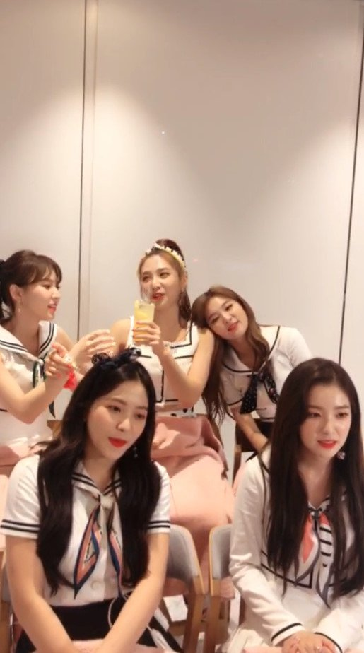 only those who can answer the question who can drink the drinks and wendy can&#39;t answer it meanwhile joy already got two drinks so she shared it to wendy and wendy immediately drink as much as she can HAHAHAHAHAHA she got brain freeze after that  <br>http://pic.twitter.com/n5kAIe0YTZ
