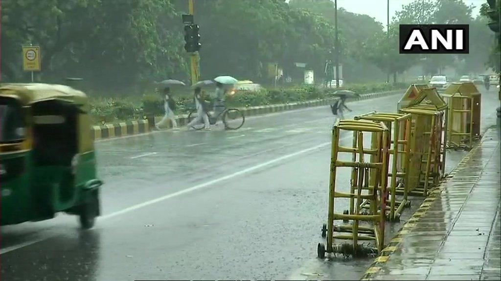 दिल्ली में झमाझम बारिश से मौसम हुआ सुहावना