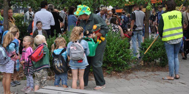 test Twitter Media - Op de eerste schooldag vorige week werden de kinderen van basisschool @De_Lichtstraat in Vught op het schoolplein ontvangen door de leerkrachten die als groenmedewerkers aan het werk waren. De droom is het creëren van een groen schoolplein. @HVught https://t.co/qAfCkaQm45