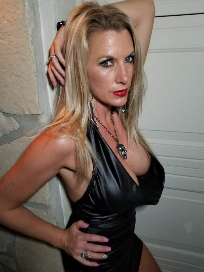Feeling frisky as we inch towards a long weekend!!!  I can't wait!  xoxo Nola http://www.onlyfans.com/flirtynola http://www.kissygames.com