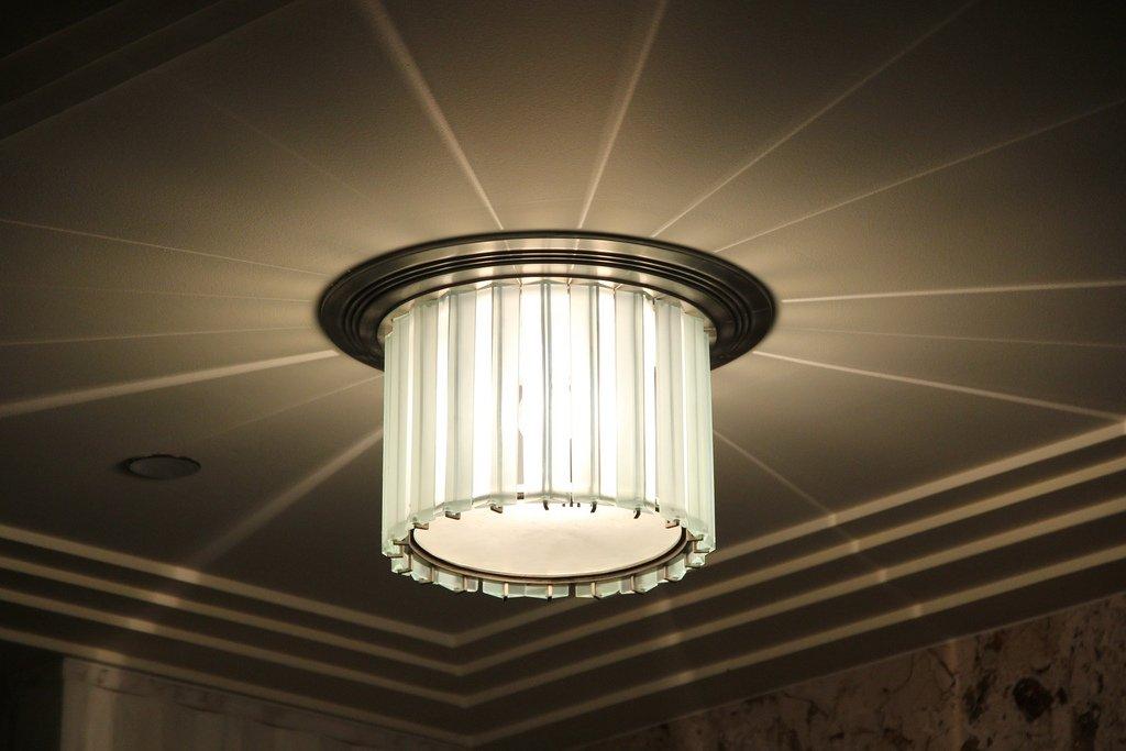 Art Deco light fixture, 135 S. La Salle St. Taken by Alyson Hunt via flickr. #artdeco #artdecochicago #lamp #vintage