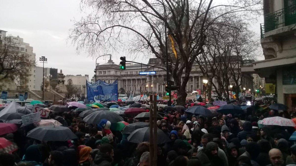 Masiva marcha universitaria bajo la lluvia en Buenos Aires