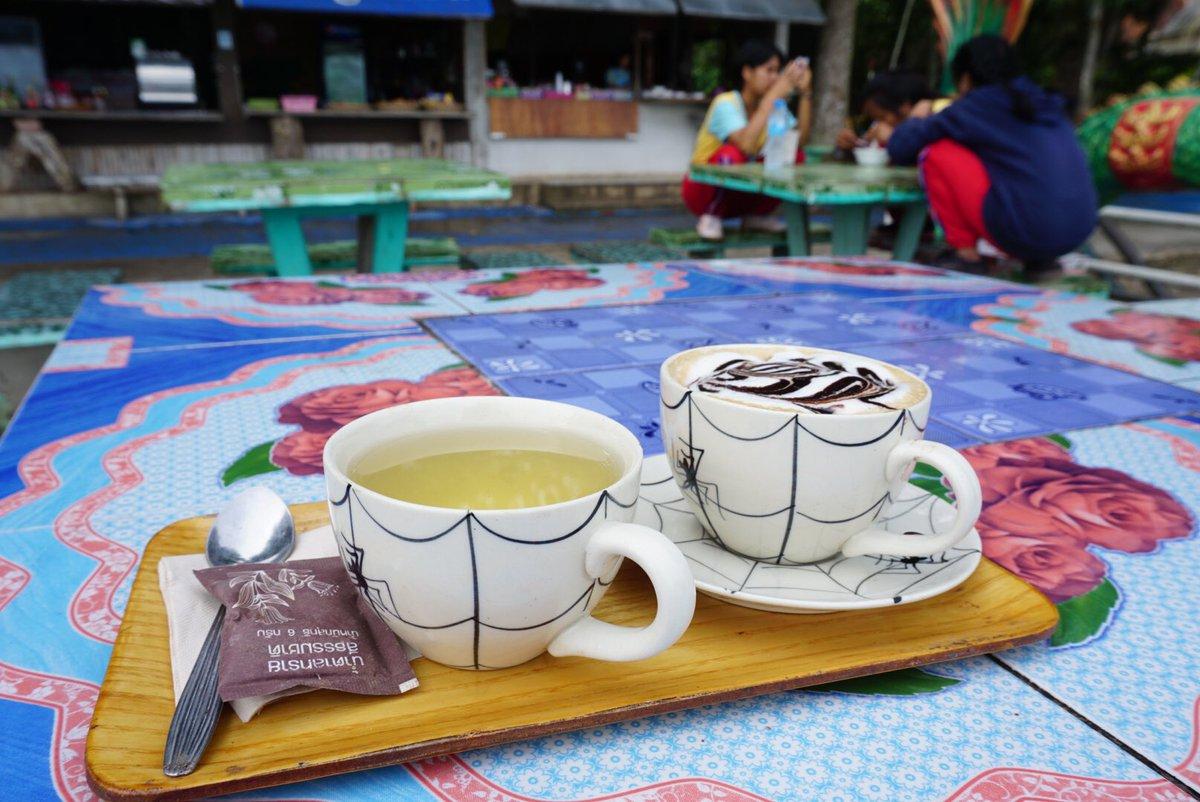 生平喝到最便宜的熱拿鐵,29泰銖,而且是現磨咖啡豆,拉花還美得很,再隨附一杯真茶葉泡的熱茶,plus 免費浩瀚河景隨便看。  #泰北 #清刊 #coffee #chiangkhan #thailand https://t.co/0bA1DcJUOi
