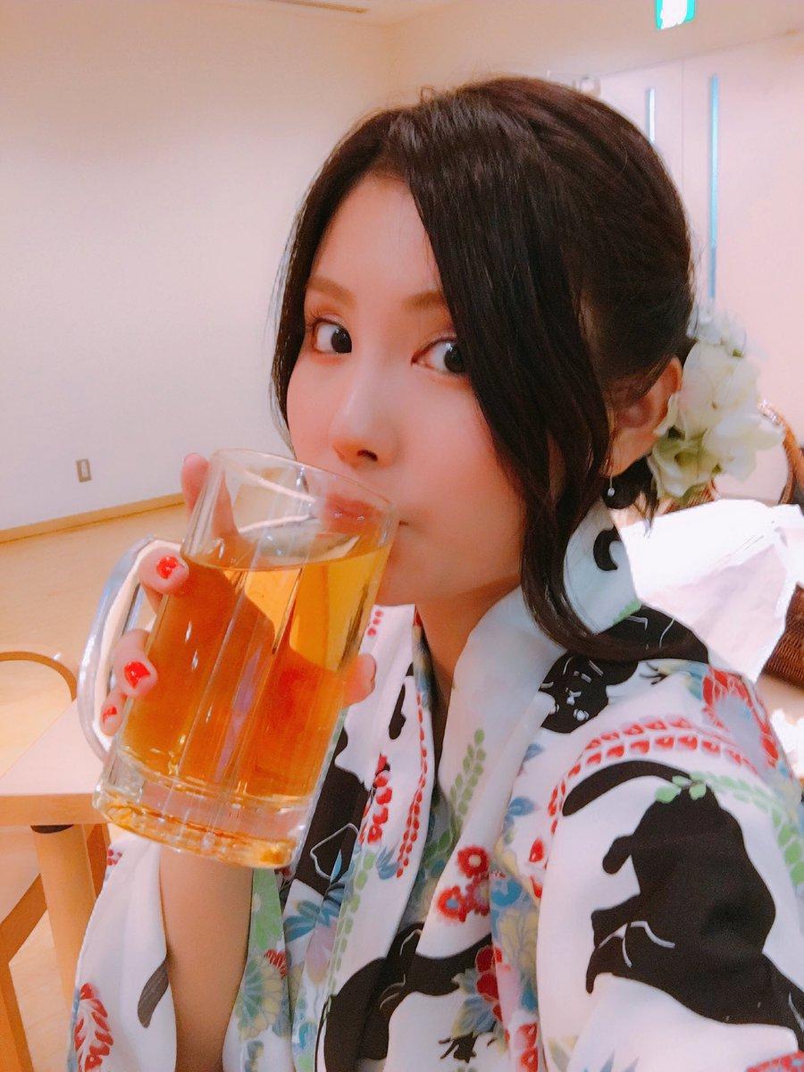 浴衣姿でビールを飲む戸田めぐみ