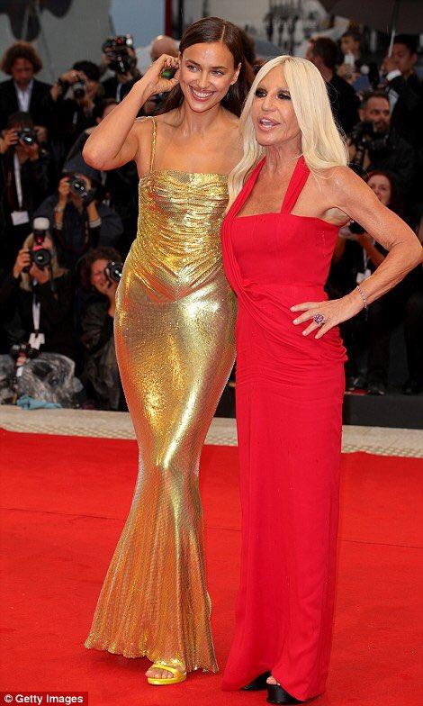 robe de soirée dorée brillante fourreau avec bretelle fine Irina Shayk
