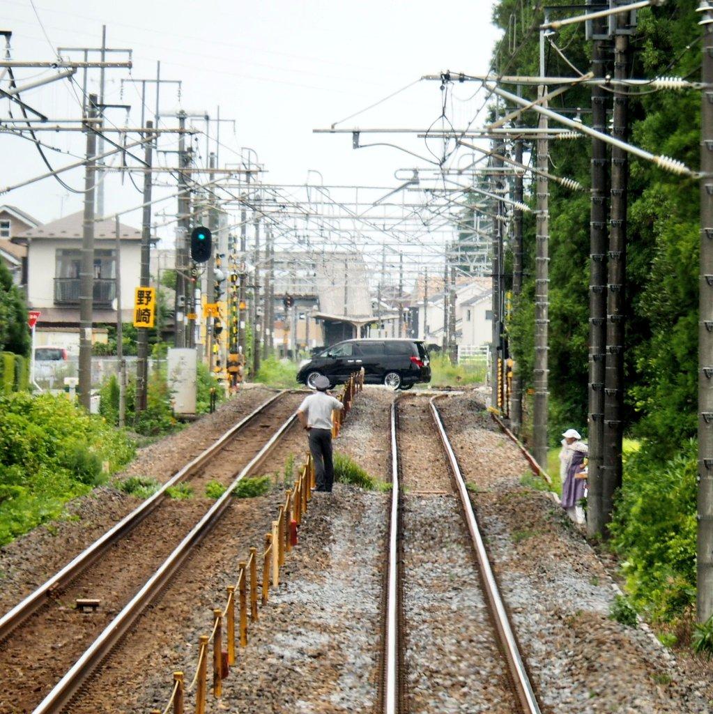 宇都宮線・矢板駅~野崎駅間で線路内立ち入りの誘導をする駅員の画像