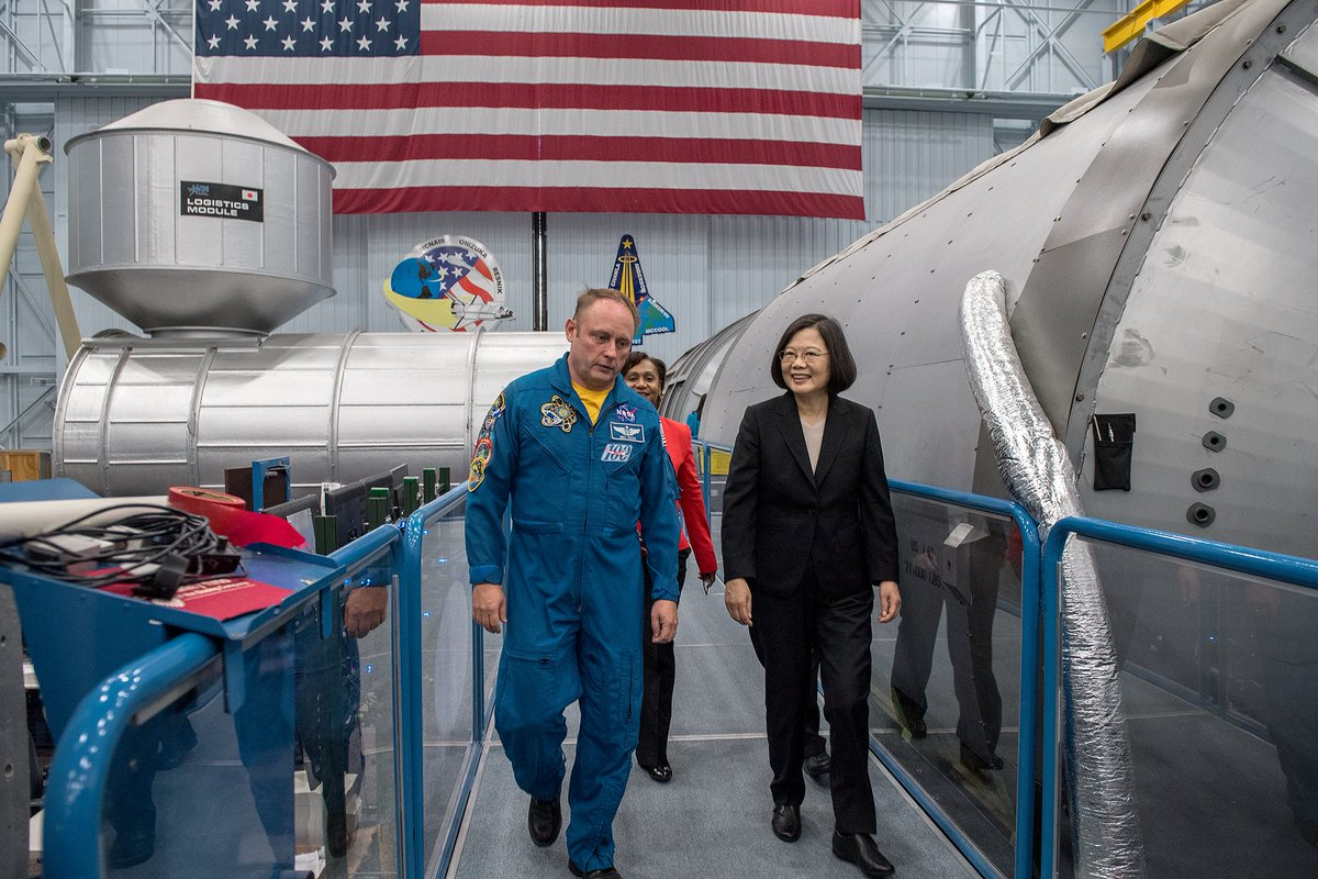 test Twitter Media - #Taiwan's @iingwen tours @NASA_Johnson with @AstroIronMike Aug. 19 in #Houston. The president was on a stopover in the #US city during the return leg of her 9-day official trip to allies #Paraguay & #Belize. (OOP) @TaiwanPresSPOX @MOFA_Taiwan @Trending_Taiwan #TsaiStateVisit https://t.co/KjQcCzjytb
