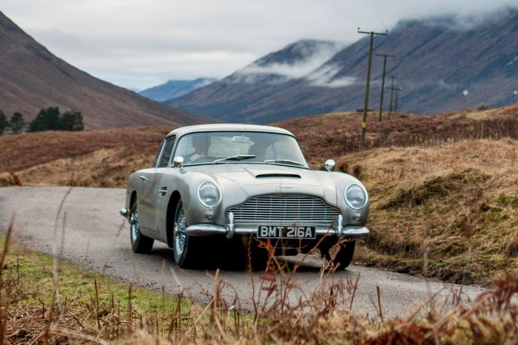#AstonMartin to build 25 James Bond Goldfinger DB5 continuation models    £2.75million each  Deliveries by 2020  Working 007 Gadgets (inc revolving licence plate)  Full story:  https:// bit.ly/2PmV8nu  &nbsp;  <br>http://pic.twitter.com/jvh8FmC10V