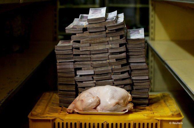 VENEZUELA COLAPSA  Hacer mercado en #Venezuela es un reto logístico si te manejas con efectivo, un pollo puede costarte unos 14 millones de bolívares, algo más de dos dólares.   En las fotos productos y su equivalente en billetes.     [em]#SOSVenezuela