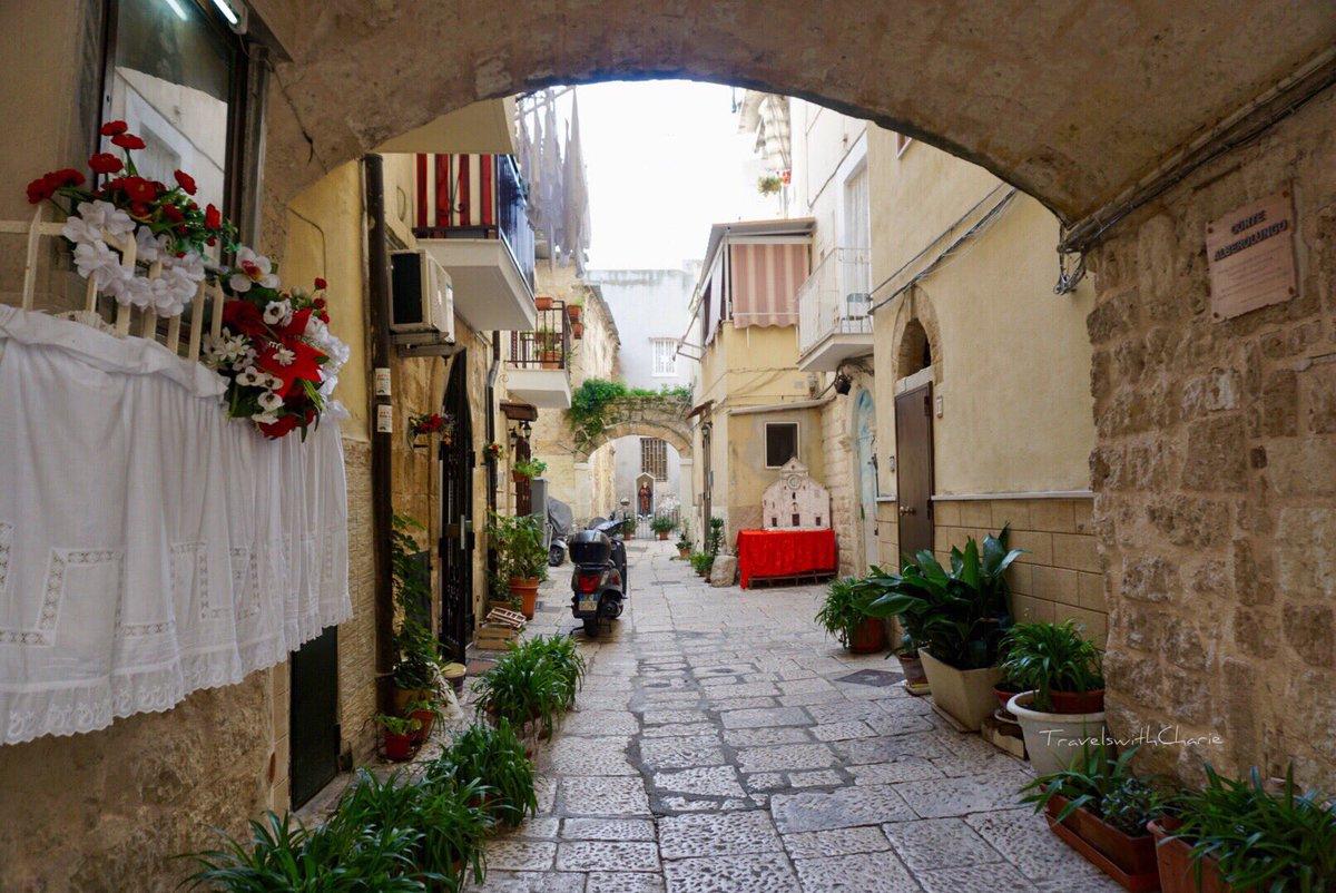 Centro Storico. #Bari #oldtown #Italy #Puglia #Apulia #womenwhotravelsolo #travelblogger #travelswihcharie  - Ukustom