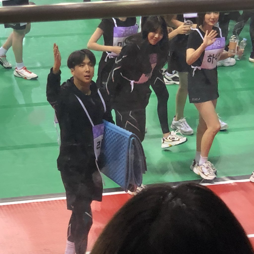 gugudan bowing and waving at starlights with their manager ravi heh<br>http://pic.twitter.com/lwtFdoJ3xT