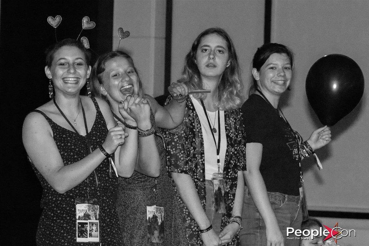 Thanks @peoplecons for this pic of my friends and i during @RobBenedict&#39;s concert at the #DLC2. Always a pleasure to remember this perfect week end.   @buckflowerz @MaeElle3 @cecidrole je vous aime.   (@Meg_BooksEater aussi je t&#39;aime même si t&#39;es pas sur la photo)<br>http://pic.twitter.com/20pvffnZaZ