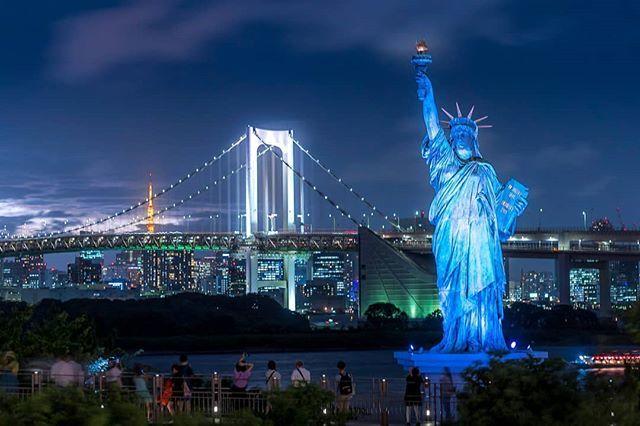 A view of the Odaiba Statue of Liberty , Rainbow Bridge , and Tokyo Tower  from Aqua City Odaiba - - - - #bluehour #odaibastatueofliberty #statueofliberty #rainbowbridge #tokyotower #aquacityodaiba #aquacity #odaiba #tokyo #japan #nihon #discoverj… https://ift.tt/2PozsHupic.twitter.com/dCreO9rTqj