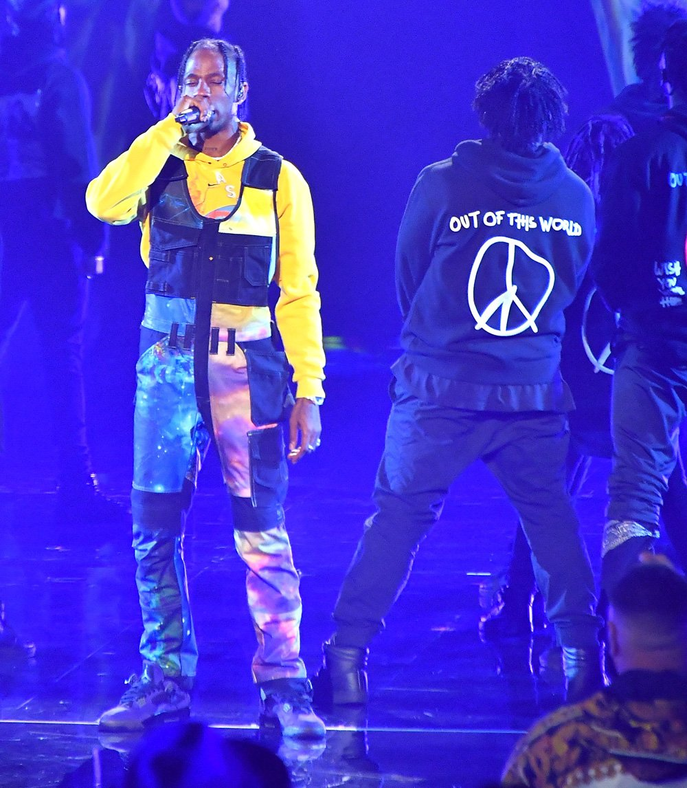 .@trvisXX hit the #VMA stage in his purple Air Jordan 4s
