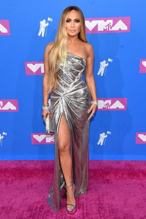 Vanguard Award recipient Jennifer Lopez shines in silver https://t.co/e3jFA1TCpV  #VMAs