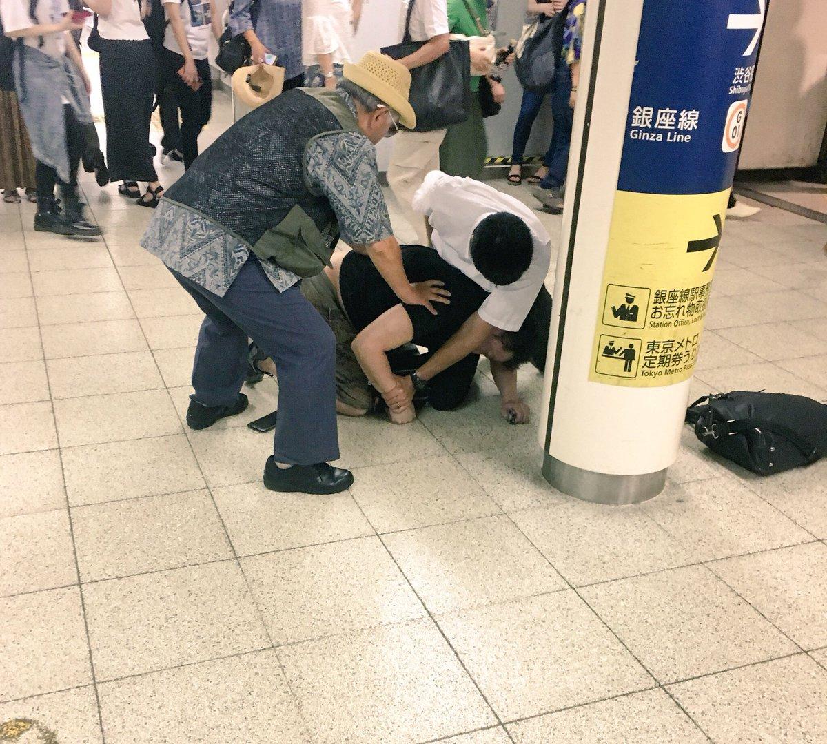 渋谷駅でスリ事件が起き犯人が現行犯逮捕されている現場の画像