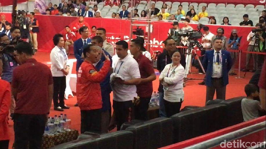 Jokowi Kalungkan Medali Emas untuk Lifter Eko Yuli https://t.co/XOPFAdxePq https://t.co/MZlKU5YOzT