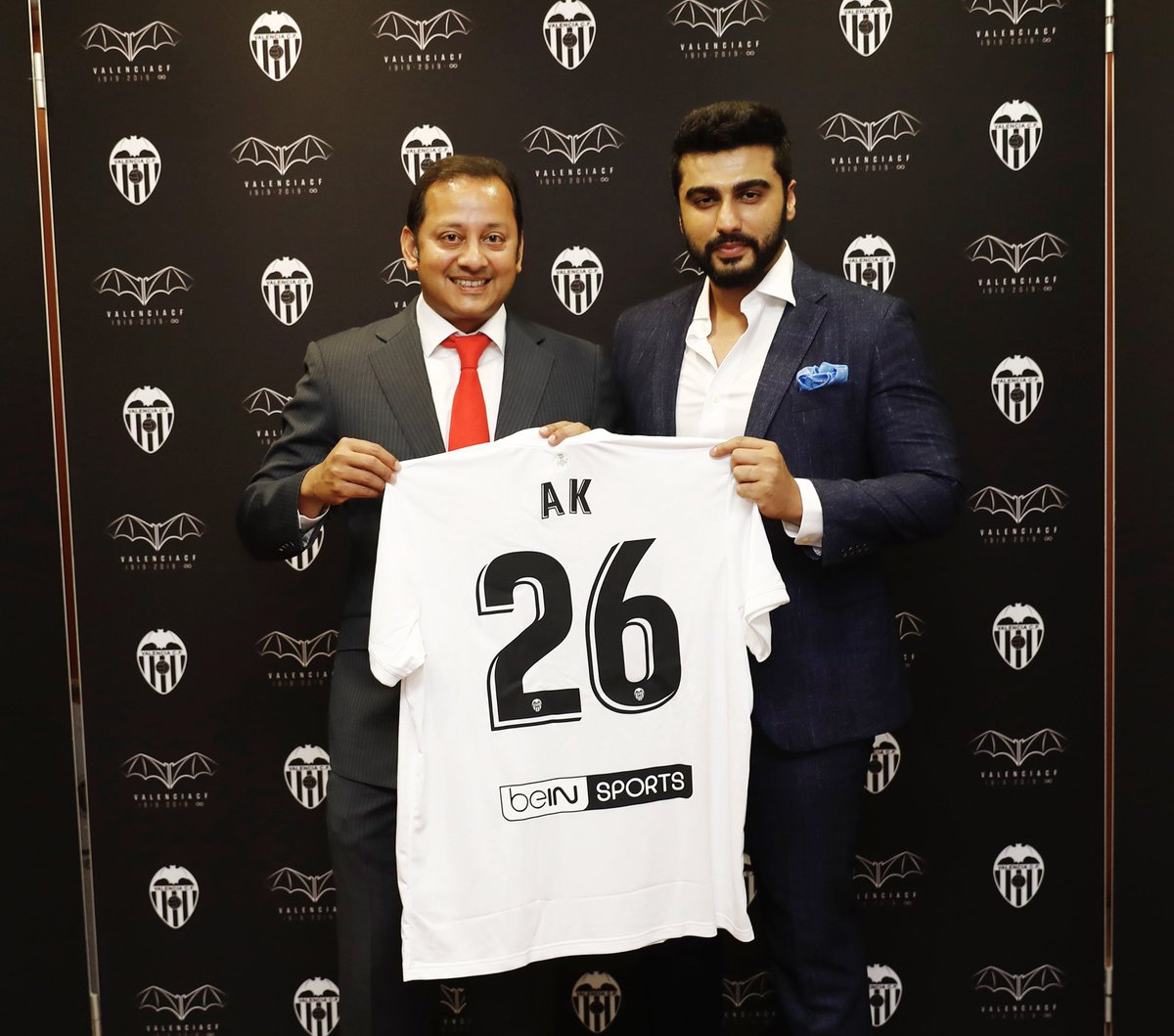 Thank you @valenciacf_en for the great hospitality, and @anilmurthy1903 for the personalized Valencia jersey... All the best to @Geo_Kondogbia, @Cheryshev & the whole team for the season!!! @LaLigaEN #ItsLaLiga #LaLigaSantanderIsBack